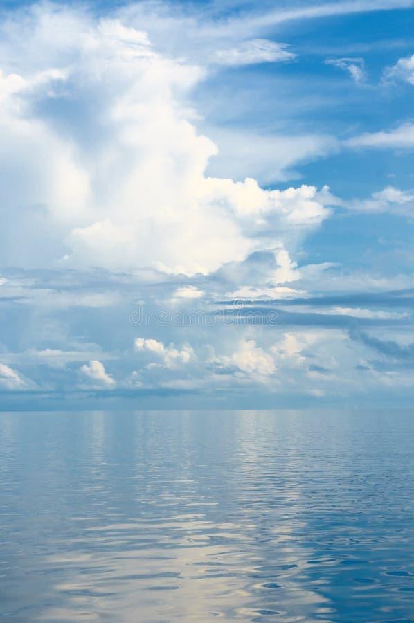 Achtergrond van oceaan en blauwe bewolkte hemel royalty-vrije stock afbeelding