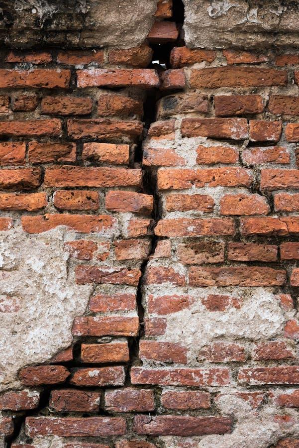 Achtergrond van oude uitstekende vuile gebroken bakstenen muur met schilpleister, textuur stock fotografie