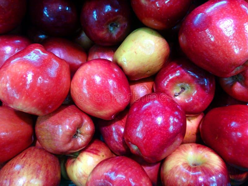 Achtergrond van rode die appelen worden gestapeld om te verkopen stock foto's