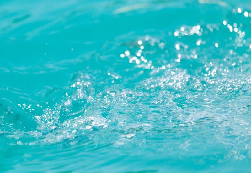 Achtergrond van stormachtig blauw water stock afbeeldingen