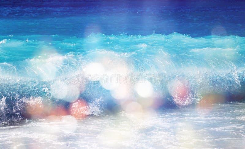 Achtergrond van vage strand en overzeese golven met bokehlichten stock fotografie