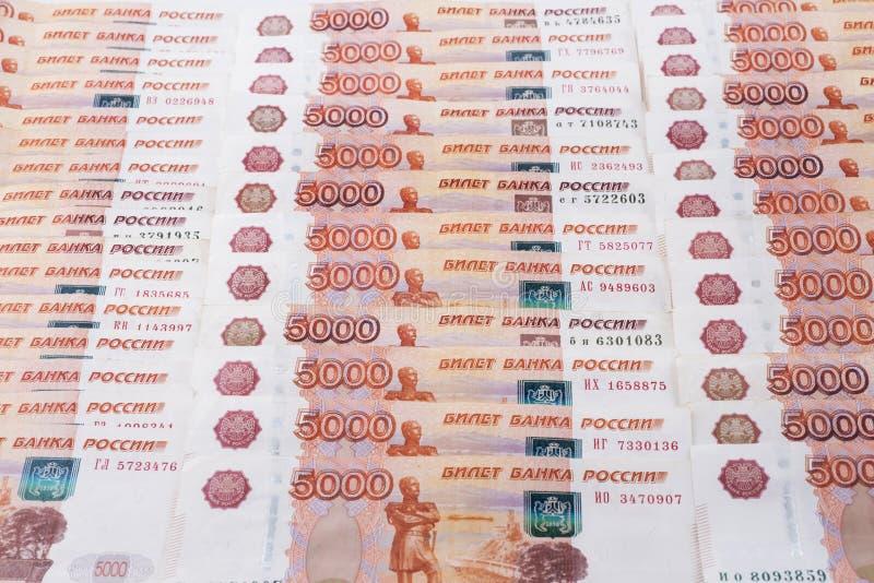 Achtergrond van vastgestelde bankbiljetten van vijf duizend Russische roebels royalty-vrije stock foto