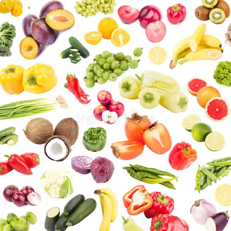 Achtergrond van verschillende gekleurde die groenten en vruchten wordt, op wit worden geïsoleerd gemaakt dat stock afbeeldingen