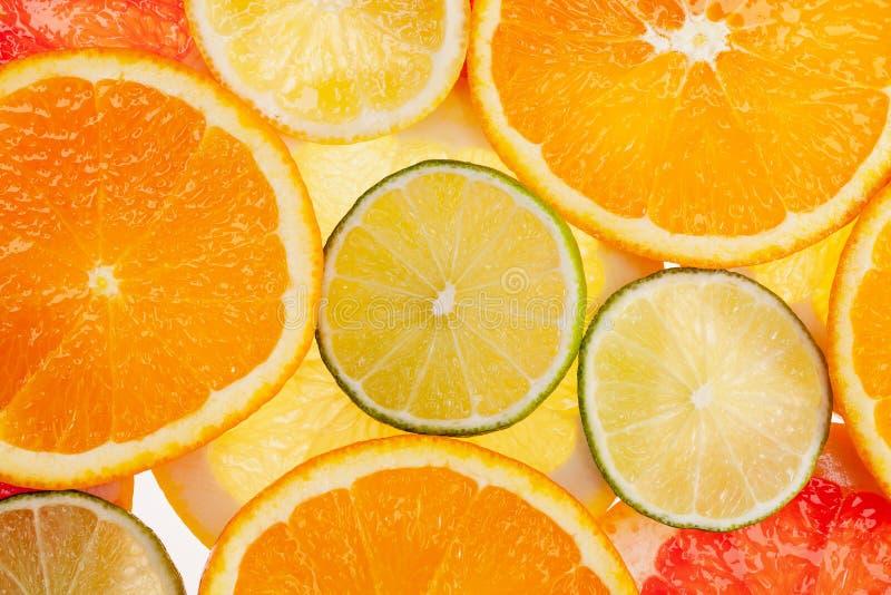 Achtergrond van verschillende gekleurde plakken van citrusvruchten dicht omhoog royalty-vrije stock foto's
