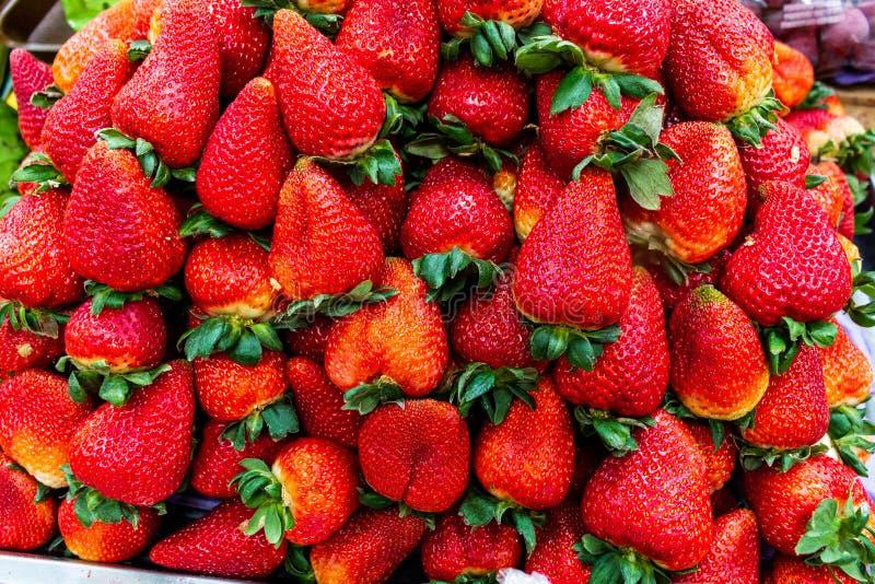 Achtergrond van verse en heerlijke aardbeien stock afbeeldingen
