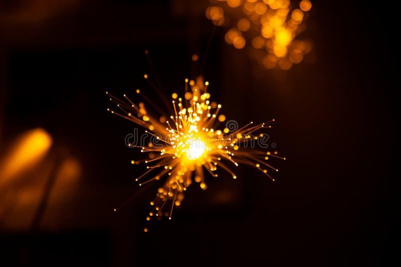 Achtergrond van vezel de optische lichte abstracte bokeh met warme kleur Uit nadruk royalty-vrije stock fotografie