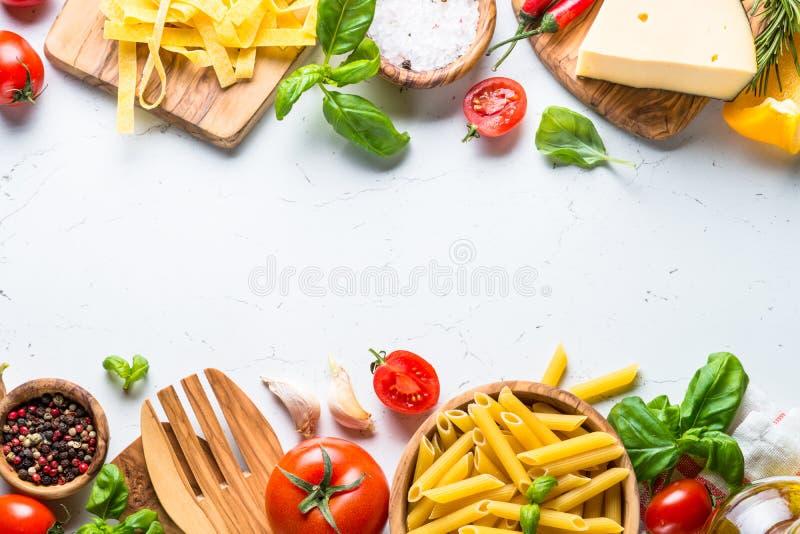 Achtergrond van voedsel de kokende ingrediënten op witte hoogste mening stock foto