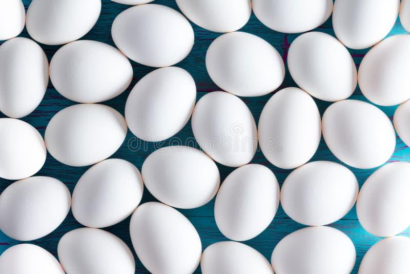 Achtergrond van witte met een suikerlaagje bedekte paaseieren stock fotografie