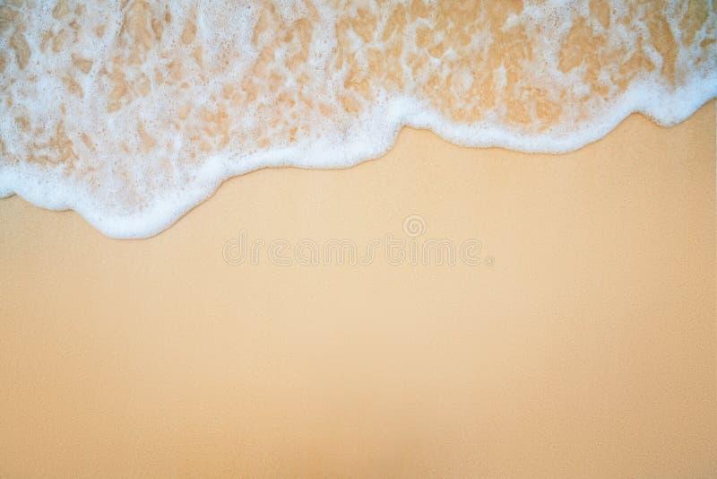Achtergrond van Zachte Blauwe Oceaangolf op Sandy Beach royalty-vrije stock foto's