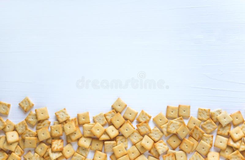 Achtergrond voor een banner met crackers Foto van crackers op een witte houten achtergrond Crackerachtergrond Frame voor tekst De royalty-vrije stock fotografie