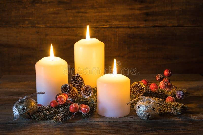 Achtergrond voor Kerstmis of Komst met feestelijke brandende kaarsen stock afbeelding