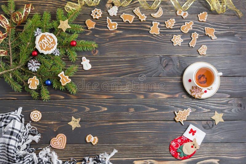 Achtergrond voor Kerstmismenu Koekje, spar, theestel en decoratie op de oude houten lijst stock foto's
