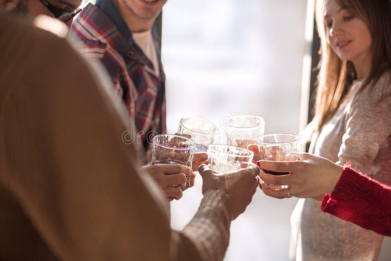 Achtergrondafbeelding van een glas sap in de handen van het jonge paar stock fotografie