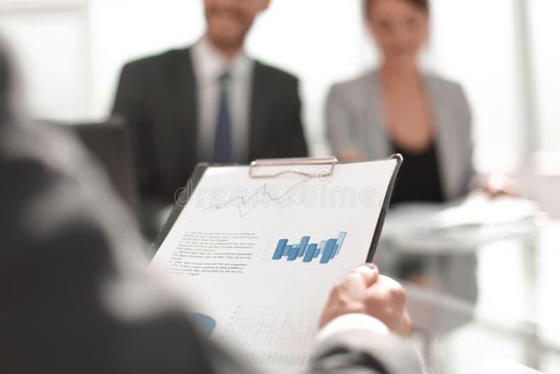 Achtergrondafbeelding van een zakenman die financiële documenten controleren stock afbeelding