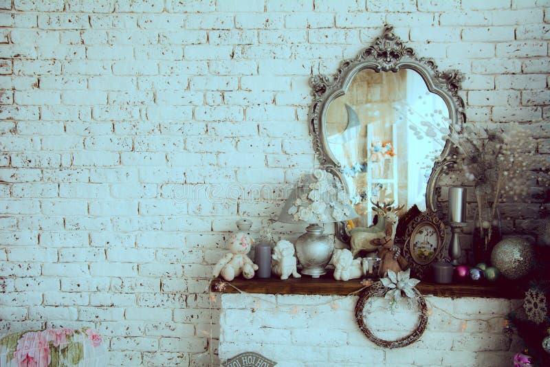 Achtergrondbakstenen muur met een spiegel royalty-vrije stock afbeelding