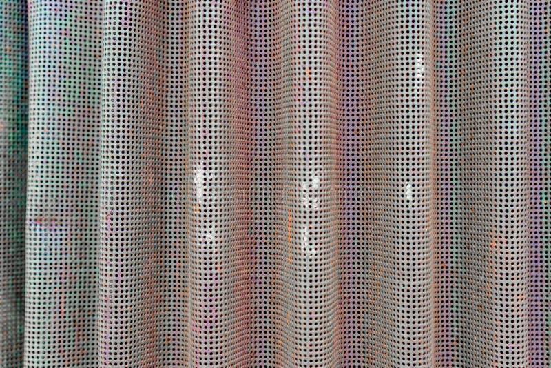 Achtergrondfoto van het curvy die metaalscherm als opening op oud landbouwbedrijfmateriaal wordt gebruikt Langzaam verdwenen groe royalty-vrije stock fotografie