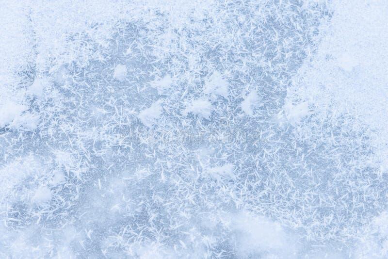 Achtergrondijs op de bevroren vijver met sneeuwvlokken abstracte vorm stock afbeeldingen