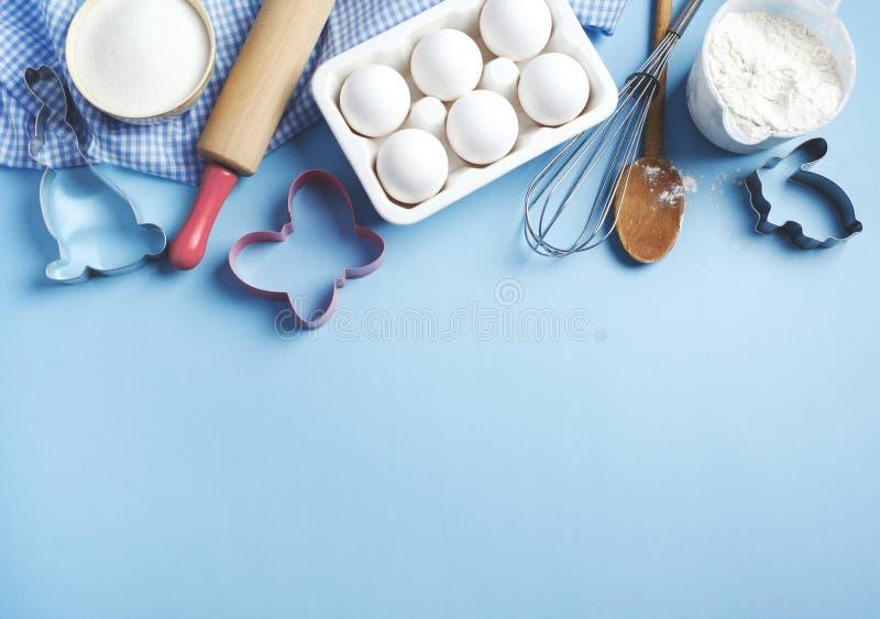 Achtergrondkader voor bakken Voorbereiding voor het bakken tijdens paastijd Ingrediënten en keukenartikelen voor het bakken royalty-vrije stock foto