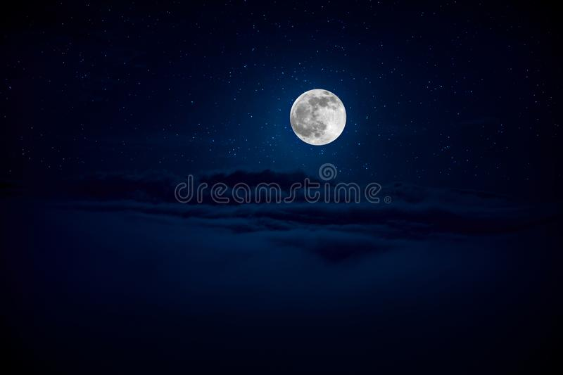 Achtergrondnachthemel met sterren en maan en wolken Mooie volle maan over wolken stock afbeeldingen