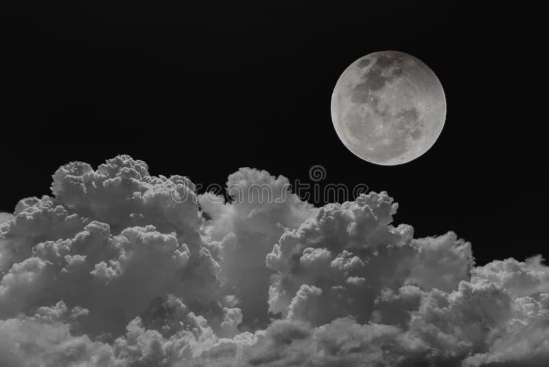 Achtergrondnachthemel van de maan met wolken stock afbeeldingen