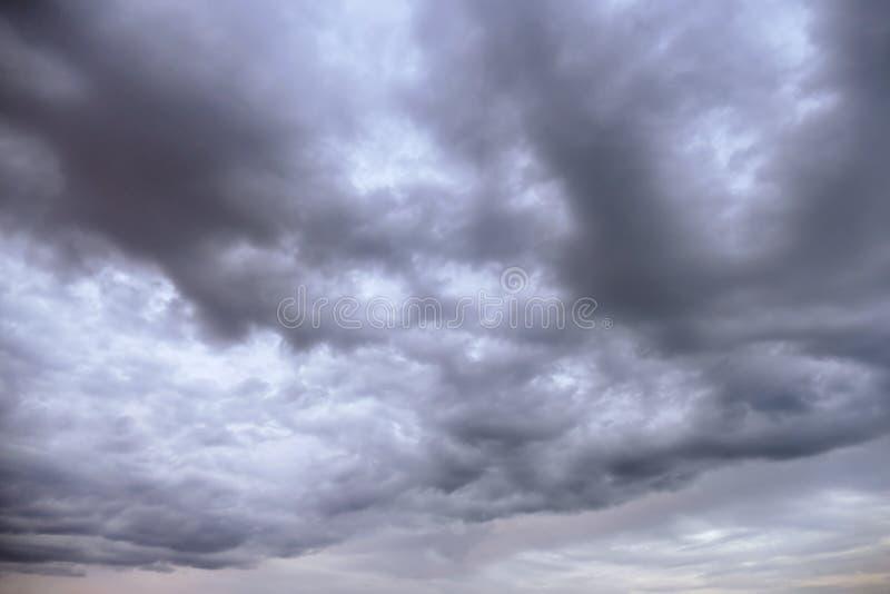 Achtergrondonweerswolken royalty-vrije stock afbeeldingen