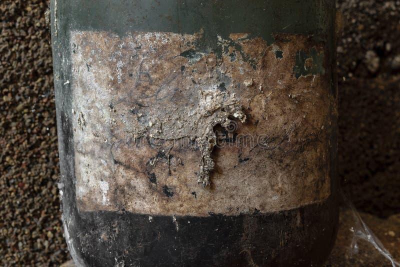 Achtergrondoppervlakte van zeer oud, stoffig en behandeld met spinnewebetiket op zwarte kruik royalty-vrije stock foto's