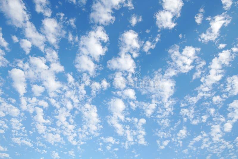 Achtergrondwolken met een blauwe hemel royalty-vrije stock afbeeldingen