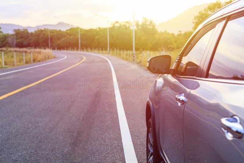 Achterkant van nieuw zilveren SUV-autoparkeren op de asfaltweg in s royalty-vrije stock afbeeldingen