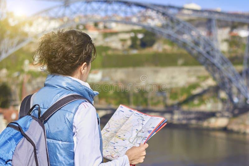 Achterkant van reizigersvrouw die juiste richting op kaart zoeken royalty-vrije stock foto's
