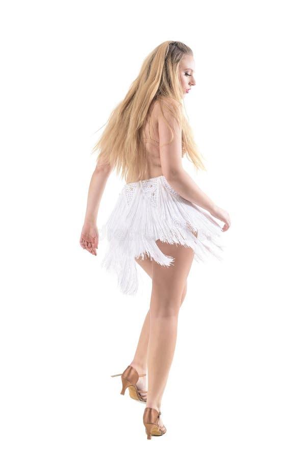 Achterkantmening van het aantrekkelijke blondevrouw dansen in het omzoomde professionele kostuum van de roomkleur stock afbeelding