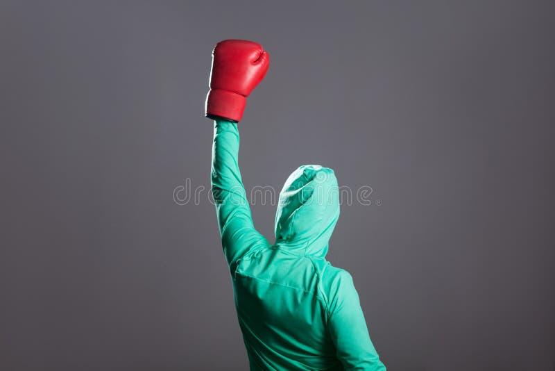 Achterkantmening van vrouw van de winnaar de moslimbokser in groene Islamitische spo stock foto's