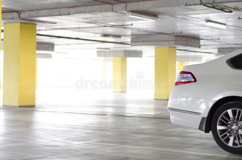 Achterlicht van witte auto op parkeren royalty-vrije stock foto's
