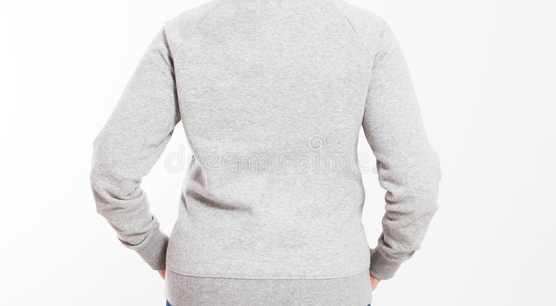Achtermening: de mooie Europese medio oude vrouw kleedde zich in een lichtgrijs toevallig jasje met een kap die - studio voor een royalty-vrije stock foto