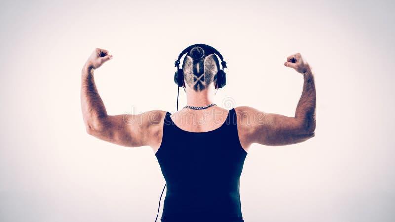 Achtermening - DJ - rapper met een modieus kapsel met hoofdtelefoons royalty-vrije stock foto