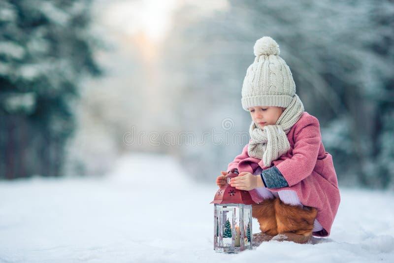 Achtermening van aanbiddelijk meisje met flitslicht op Kerstmis in openlucht royalty-vrije stock fotografie