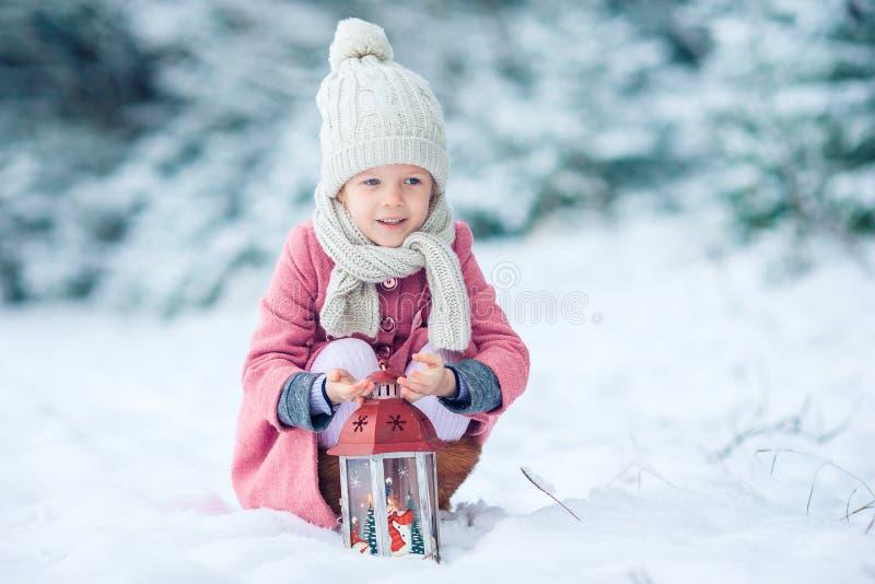 Achtermening van aanbiddelijk meisje met flitslicht op Kerstmis in openlucht stock afbeelding