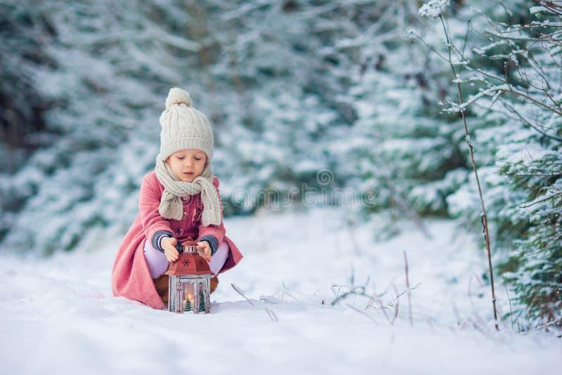 Achtermening van aanbiddelijk meisje met flitslicht op Kerstmis in openlucht stock fotografie