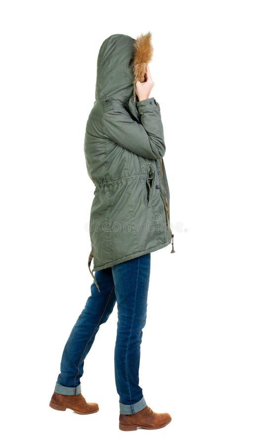 Achtermening van bevindende jonge mooie donkerbruine vrouw in park stock afbeelding