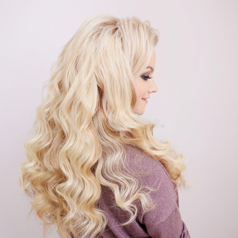 Achtermening van blonde met lange luxueuze krullen stock afbeeldingen