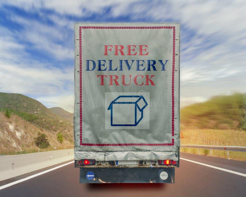 Achtermening van container van het de ladingsvervoer van de vrachtwagen de vrije levering op de weg royalty-vrije stock afbeelding