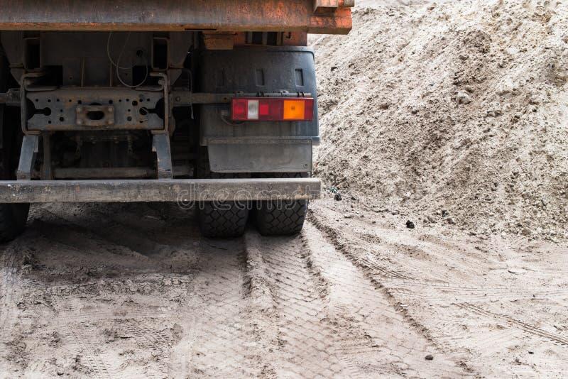 Achtermening van de grote vrachtwagen stock afbeelding