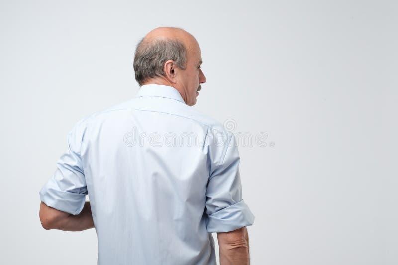 Achtermening van de hogere kale caucasiant mens in toevallig overhemd royalty-vrije stock afbeeldingen