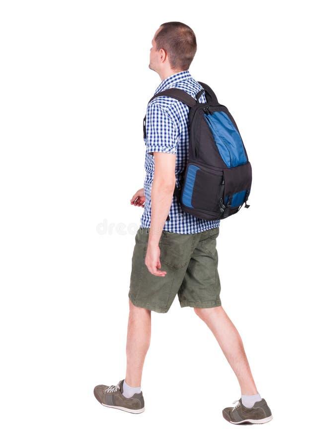 Achtermening van de lopende mens met rugzak stock afbeelding