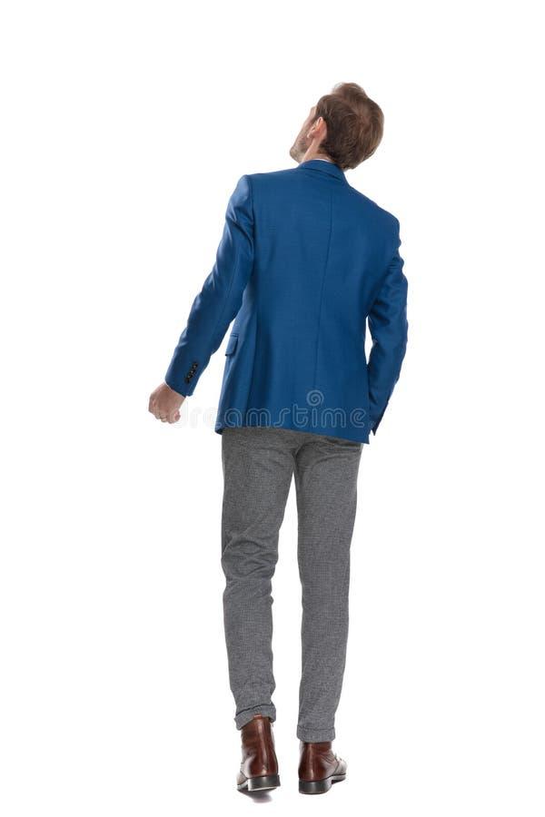 Achtermening van een bepaalde mens die zijn vuist dichtgeklemd houden stock foto