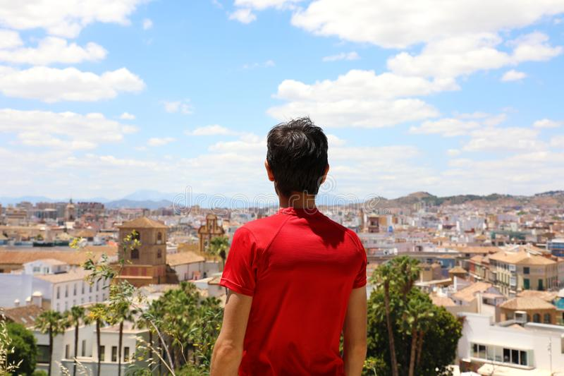 Achtermening van een mens die cityscape van Malaga, Andalusia, Spanje bekijken royalty-vrije stock fotografie