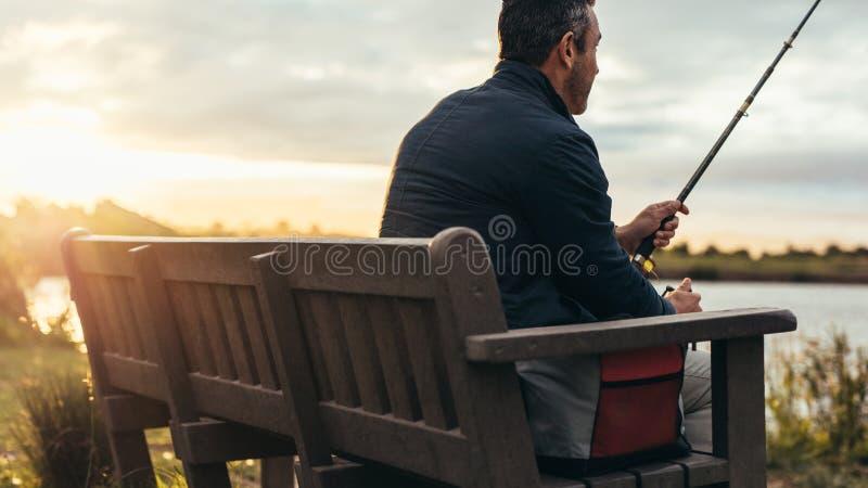 Achtermening van een mens visserij royalty-vrije stock fotografie