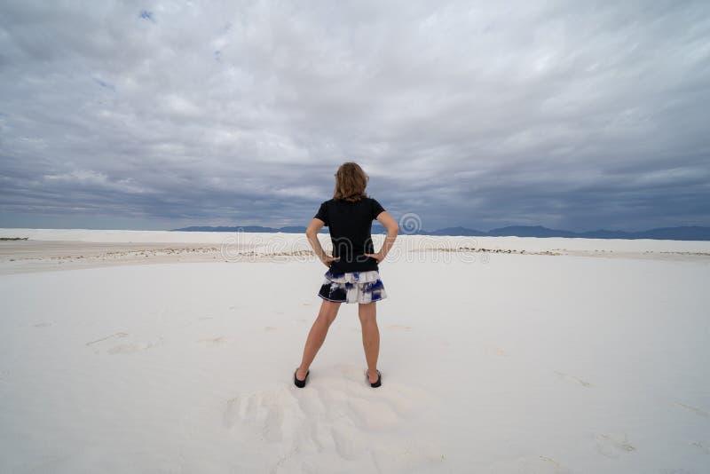 Achtermening van een vrouw die zich in het gipszand bij Wit Zand bevinden royalty-vrije stock fotografie