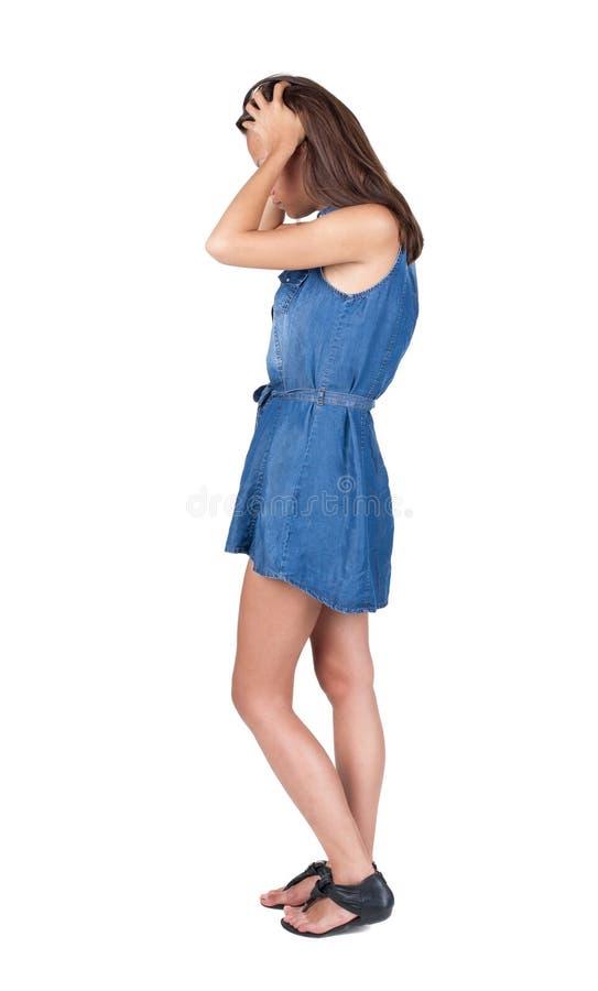 Achtermening van geschokte vrouw in blauwe kleding stock fotografie