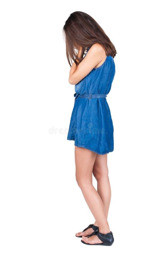 Achtermening van geschokte vrouw in blauwe kleding royalty-vrije stock afbeelding
