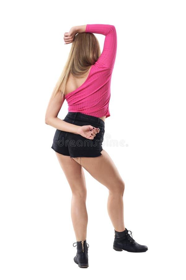 Achtermening van het elegante bevallige vrouw dansen met wapen achter en op het hoofd royalty-vrije stock foto